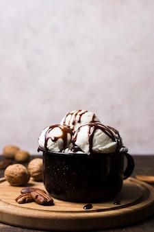Вкусные шарики мороженого в чашке