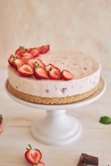 クッキーの底とイチゴのおいしいアイスヨーグルトケーキ