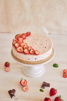 Delicious ice yogurt cake with a cookie bottom and strawberries