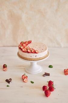 Deliziosa torta gelato allo yogurt con fondo di biscotto e fragole