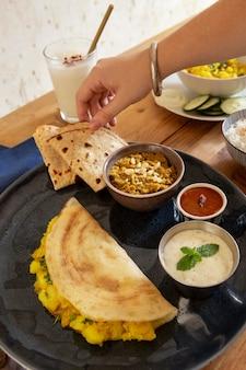 Delizioso assortimento indiano di dosa