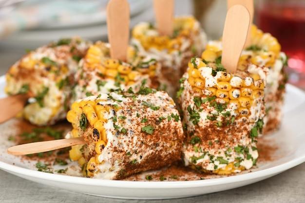 バタースパイスガラムマサラで味付けされたブッタとも呼ばれるトウモロコシの穂軸のおいしいインド人
