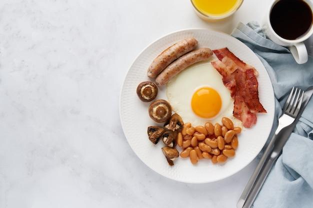 Вкусный ирландский завтрак на белой тарелке классическая кето-диета еда светлый фон копией пространства