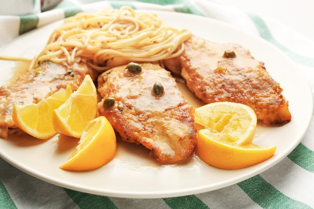 Вкусная итальянская пикката с курицей на тарелке