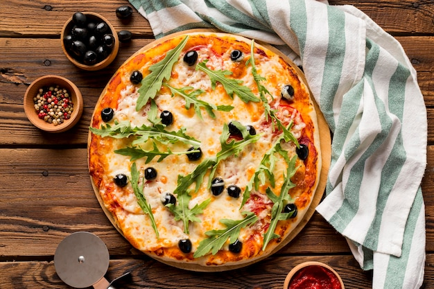 木製のテーブルに美味しいイタリアンピザ
