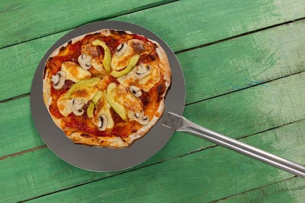 ピザの皮で提供されるおいしいイタリアンピザ