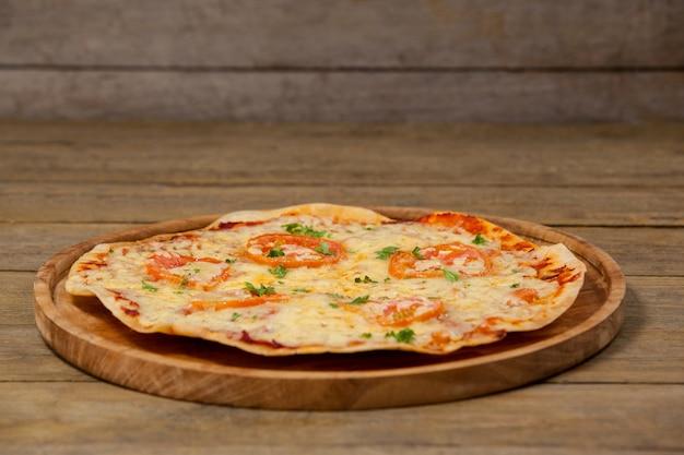 ピザトレイで提供されるおいしいイタリアンピザ