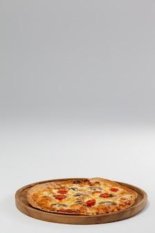 Вкусная итальянская пицца подается на подносе для пиццы
