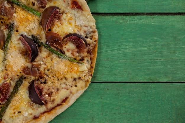 木の板でおいしいイタリアンピザ