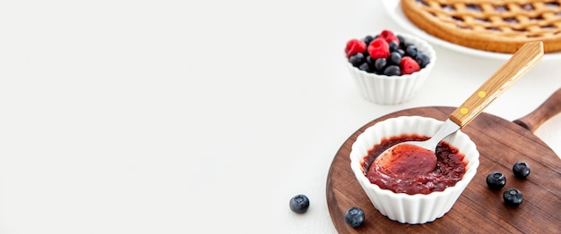 Deliziosa marmellata con cucchiaio per copia spazio torta