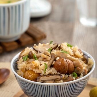 炊き込みご飯としても知られる、しめじで味付けしたご飯とおいしい日本の栗と鶏肉。