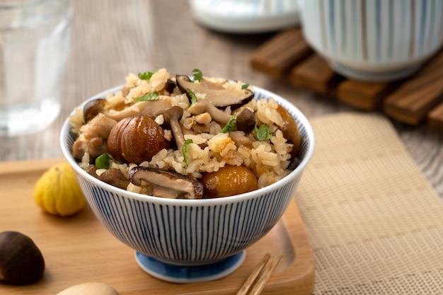 Восхитительный японский каштан и курица с рисом, приправленным симедзи, также известным как такикоми гохан.