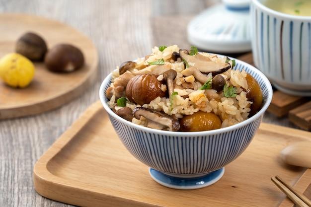 炊き込みご飯とも呼ばれるしめじ味付けのご飯とおいしい日本の栗と鶏肉。