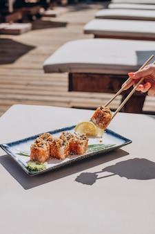 Delizioso rotolo di sushi giapponese sul piatto