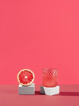 Вкусный стакан сока и красный апельсин