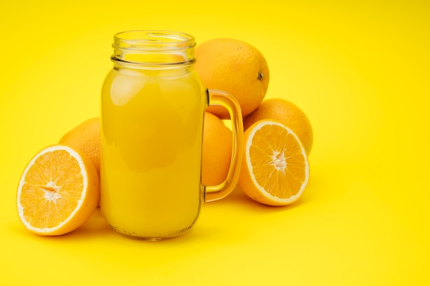 오렌지로 만든 맛있는 주스