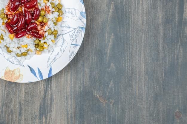 Deliziosi fagioli con mais, piselli e riso