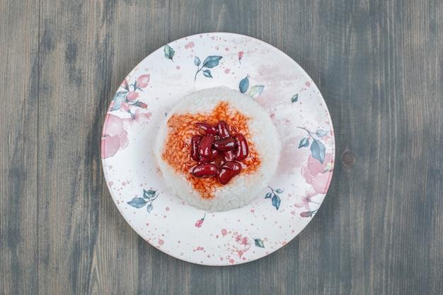 木製のテーブルの上にご飯とおいしいインゲン豆