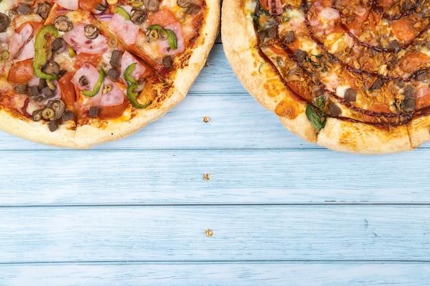 베이컨과 시금치가 들어간 맛있는 대형 피자