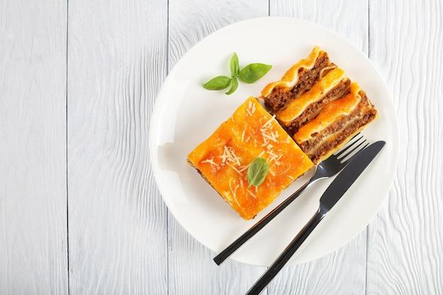 Вкусная лазанья, выложенная слоями пасты и болоньезе рагу