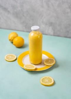 Delizioso succo di limone in bottiglia