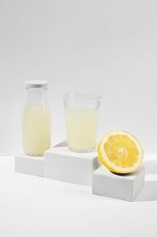 おいしいレモンジュースのグラスとボトル