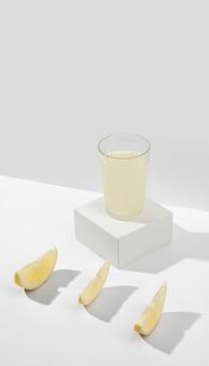 Angolo alto di vetro delizioso del succo di limone