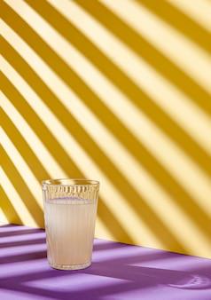 Delizioso bicchiere di succo di limone