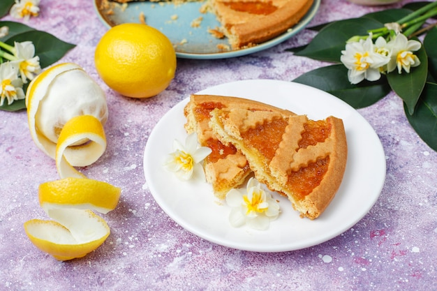 新鮮なレモンとお茶、トップビューでおいしいレモンパイのスライス
