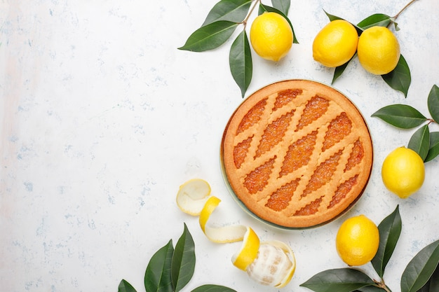 Вкусный лимонный пирог со свежими лимонами на столе Бесплатные Фотографии