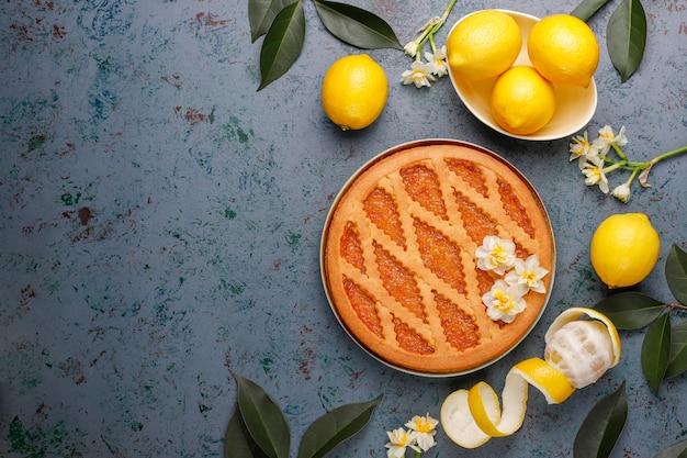 新鮮なレモン、トップビューでおいしいレモンパイ