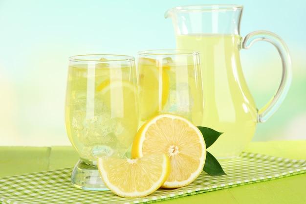 Вкусный лимонад на столе на голубом