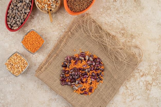 Deliziose lenticchie con fagioli su tela di sacco.