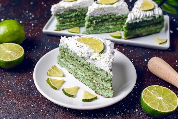 Вкусный лаймовый торт со свежими лаймовыми ломтиками и лаймами