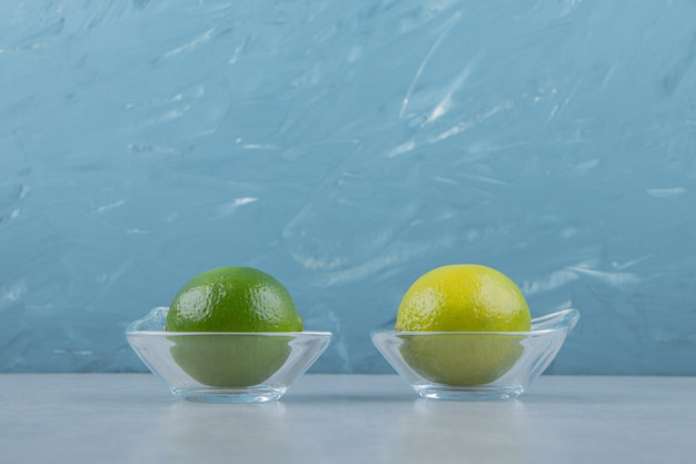 Вкусные плоды лайма в стеклянных мисках