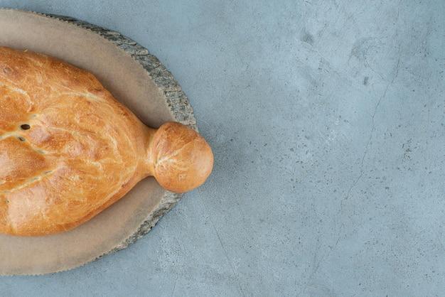 Deliziosa pagnotta di pane sul pezzo di legno.