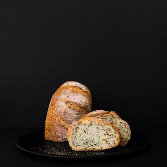 Вкусный кусок хлеба на тарелке