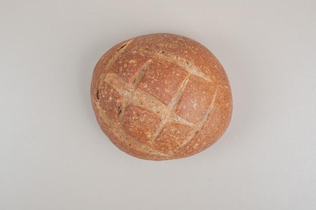 흰색 바탕에 빵 맛있는 덩어리. 고품질 사진