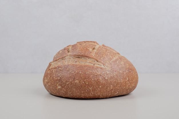 白い表面においしいパン一斤
