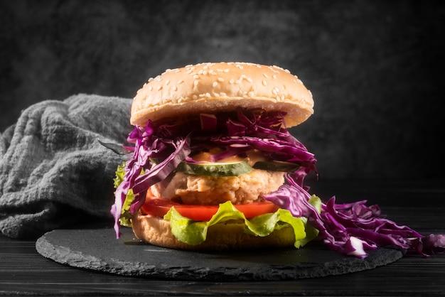 黒いプレートに美味しいハンバーガー