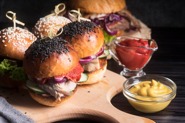 Вкусные гамбургеры на деревянной доске