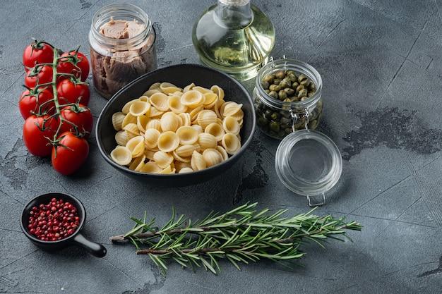 회색에 참치와 베이비 케이 퍼와 함께 맛있는 lumaconi 파스타 식사