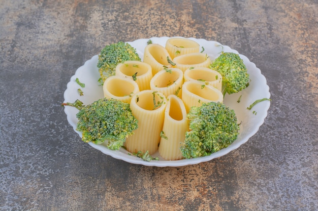白い皿に美味しいマカロニ