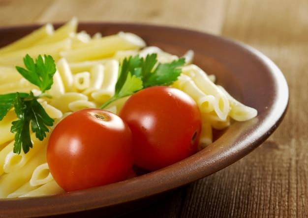 Вкусные макароны на деревянном столе
