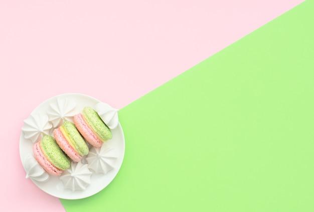 白いプレートに白いメレンゲが入ったおいしいマカロン。フラットレイスタイル