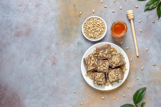 ヒマワリの種、ココアパウダー、蜂蜜、トップビューでおいしい大理石のハルヴァ