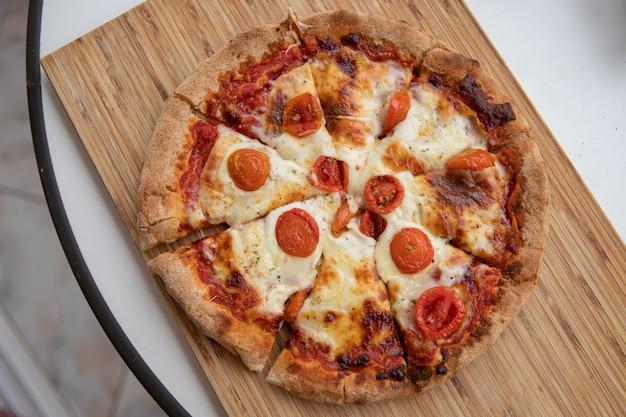 ミニトマトをスライスした美味しいマルゲリータピザ。