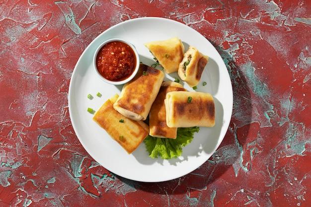Вкусная еда с ассортиментом самбала