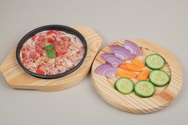 나무 보드에 썰어 야채와 함께 맛있는 식사.