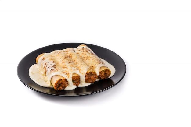 Вкусные мясные макароны каннеллони изолированы